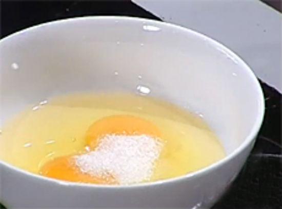 Đập trứng gà ra bát khuấy đều