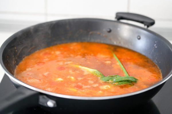 Phi thơm hành tím, tỏi cho cà chua vào xào rồi thêm nước