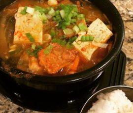 Món kim chi hầm thịt nóng hổi cho ngày se lạnh