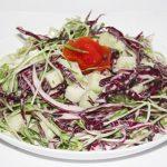 Món salad rau mầm và bắp cải tím