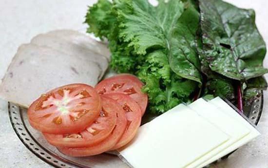 Sơ chế nguyên liệu rau và cà chua