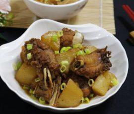 Món sườn kho củ cải ấm bụng ngày mưa