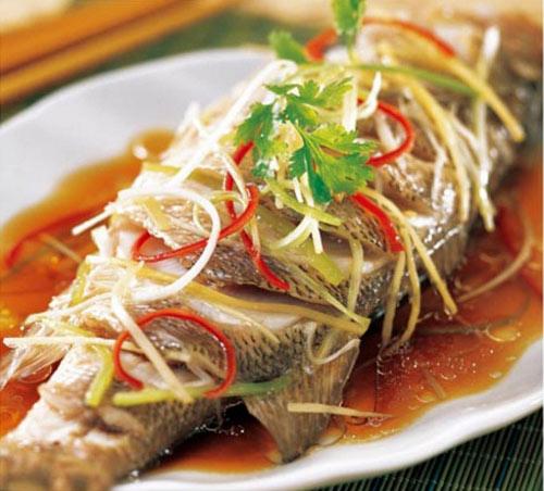 Cá hấp chín bày ra đĩa và cùng thưởng thức