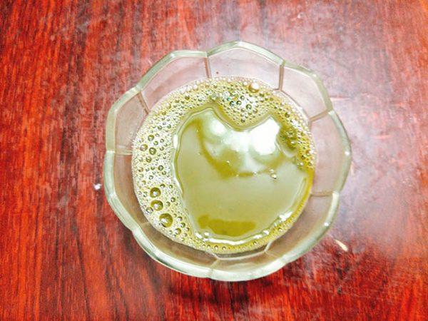 Hòa bột trà xanh rồi để nguội