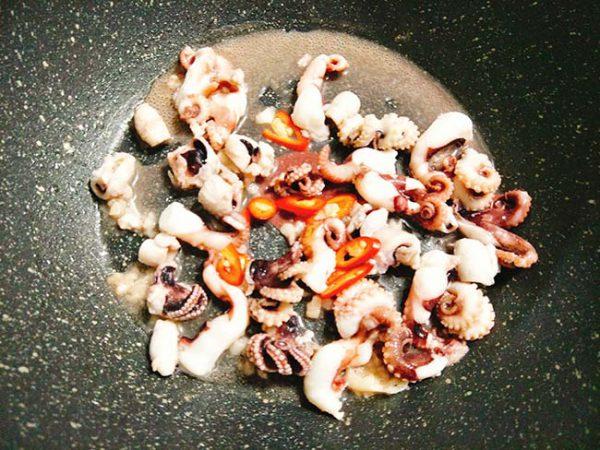 Phi thơm tỏi cho bạch tuộc vào xào
