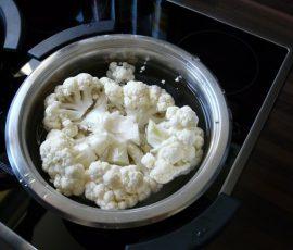 Thêm sữa và muối cho súp lơ được trắng