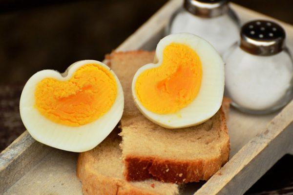 Không nên hầm trứng lại trong lò vi sóng