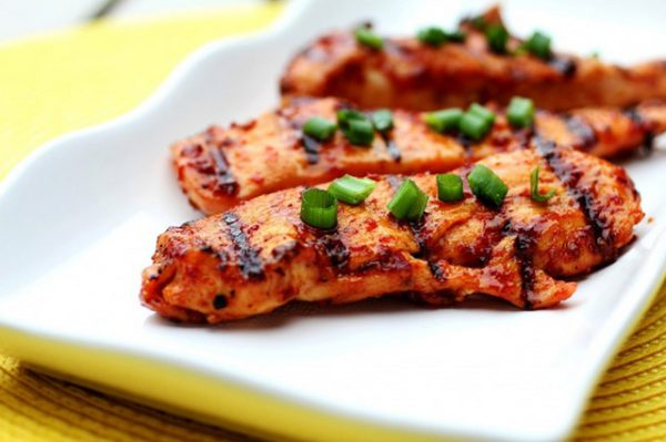 Không nên hâm nóng món gà trong lò vi sóng