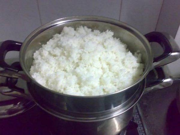 Hấp cơm nguội bằng bếp ga