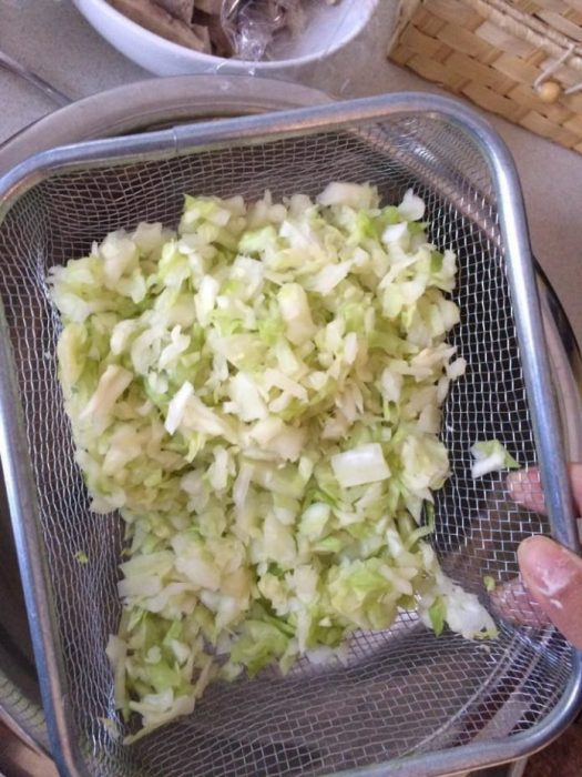 Trộn đều phần bắp cải thái nhỏ với muối