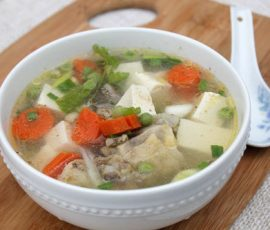 Món canh gà đậu phụ và rau củ bổ dưỡng