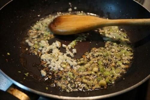 Phi thơm hành tỏi rồi cho các nguyên liệu vào xào