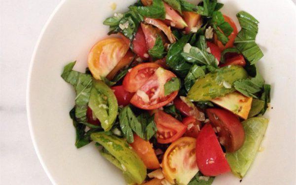 Món salad cà chua húng quế tỏi cho người ăn kiêng