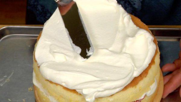 Phủ kín kem tươi khắp bánh