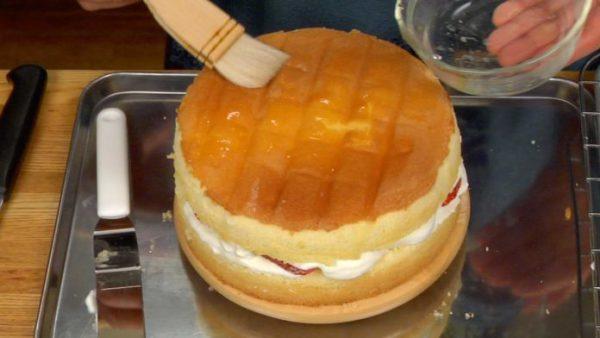 Thoa hỗn hợp siro lên lớp bánh trên cùng