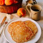 Món bánh pancake đào với siro ngon mới lạ