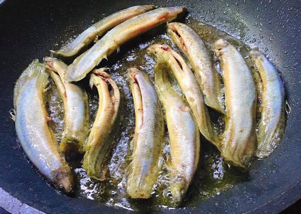 Cho cá vào nồi đun sôi
