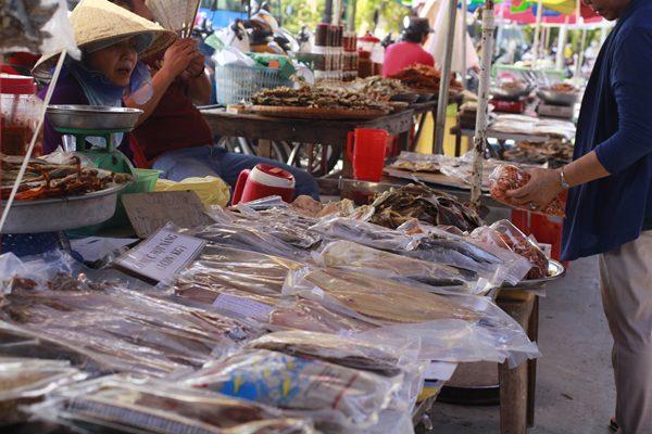 Sạp hàng bán đồ khô chợ hàng Dương