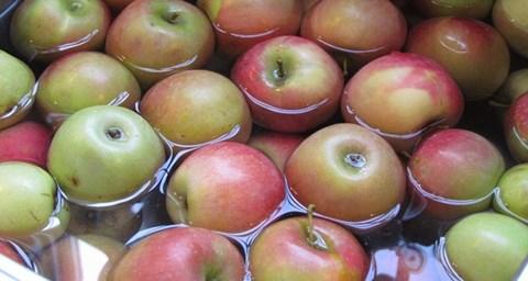 Ngâm táo trong hỗn hợp baking soda