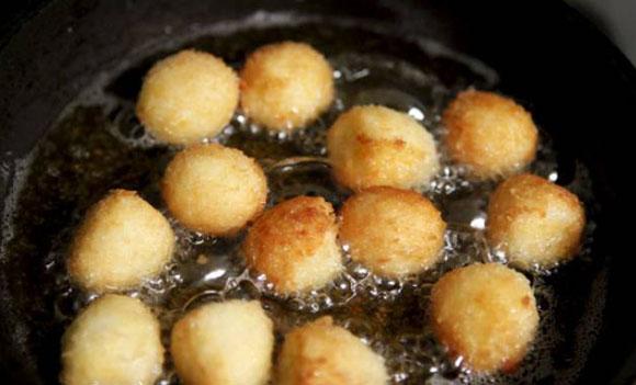 Trứng cút luộc chín bóc bỏ vỏ chiên vàng