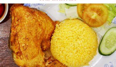 Món cơm gà xối mỡ ăn cùng cơm gấc chiên vàng