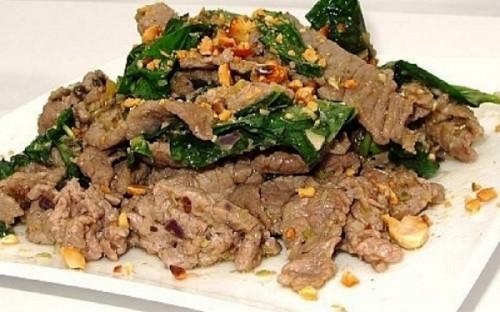 Cho thịt bò ra đĩa và thưởng thức