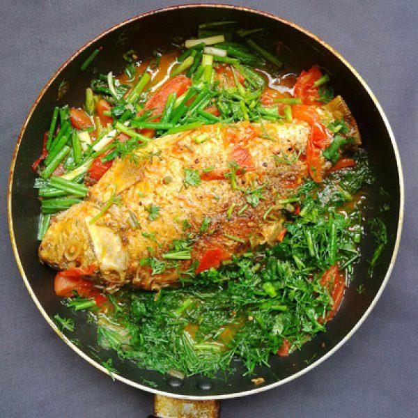 Làm nước sốt cà chua rồi cho cá vào nấu chín