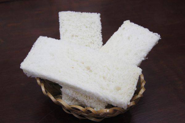 Bánh mì cắt thành từng thanh dài