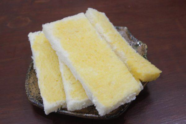 Nhúng bánh mì được phủ một lớp trứng và vừng