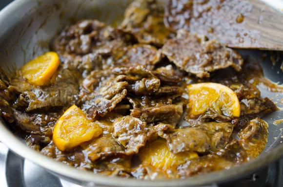 Phi thơm tỏi cho phần nước sốt và thịt bò vào đảo đều