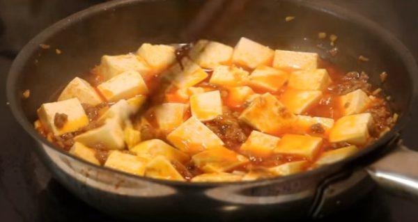 Xào thịt heo chín rồi cho đậu hũ vào cùng