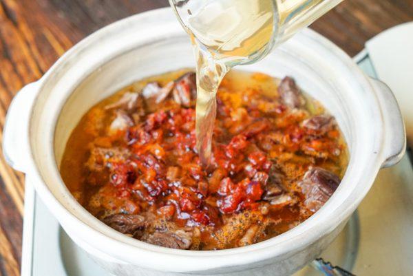 Cho thịt bò cùng các nguyên liệu vào nồi nấu