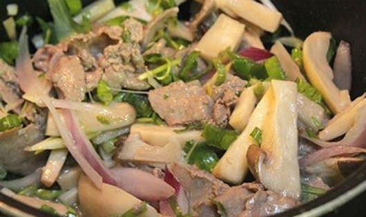 Nấm chín tới cho thịt bò vào xào cùng