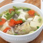 Món canh gà nấu đậu phụ và rau củ ngon tuyệt