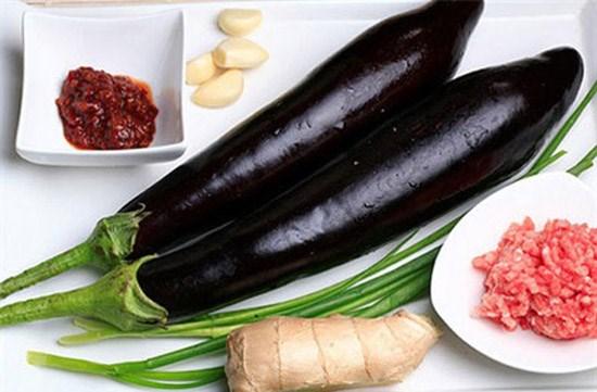 Canh thịt lợn, cà tím và dưa chuột
