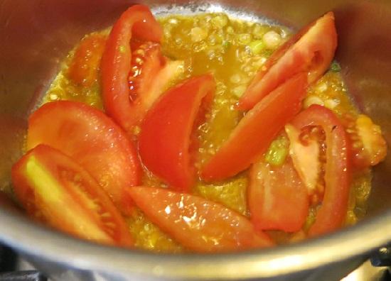 Phi thơm hành cho cà chua vào xào