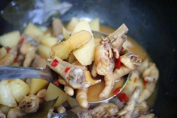Khi thấy nước cạn bớt, cho thêm khoai tây, rượu và các gia vị vào hầm chín mềm