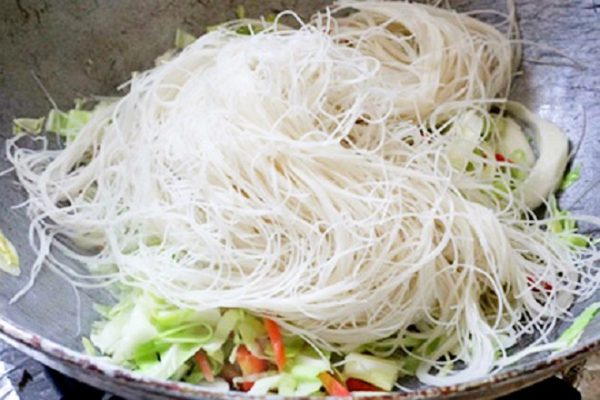 Khi rau gần chín chín bún gạo vào xào