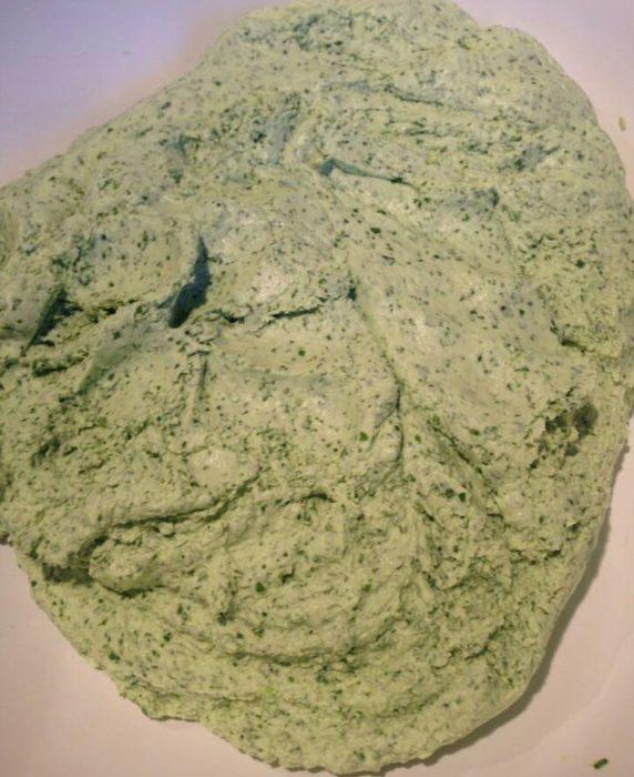 Cho bột nếp vào âu rồi đổ phần nước cốt rau xanh vào