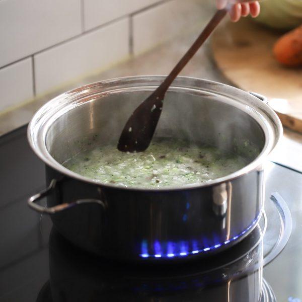 Cho các nguyên liệu vào nồi nấu chín
