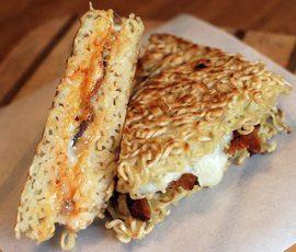 Món Sandwich mì ăn liền với thịt xông khói và trứng