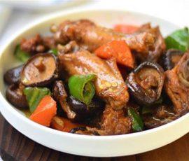 Món thịt gà kho nấm cà rốt hấp dẫn đưa cơm