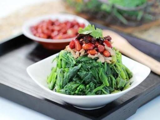 Cho rau bina trộn ra đĩa và cùng thưởng thức