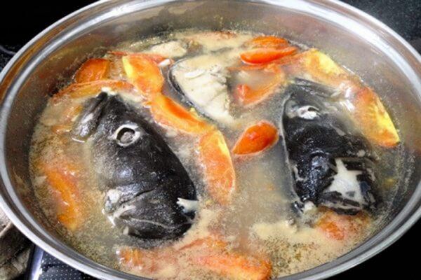 Nấu nước dùng cho bún chả cá