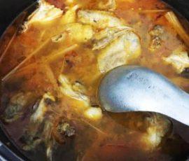 Món lẩu gà thái chua cay nóng hổi cho ngày mưa