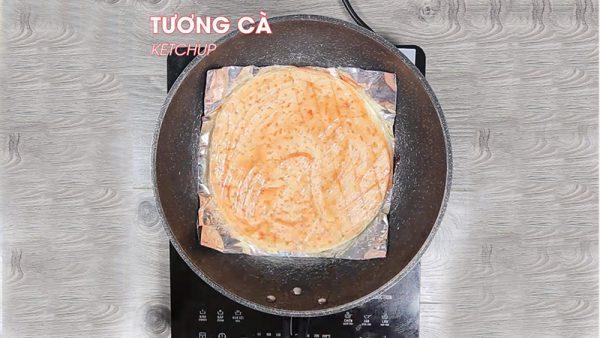 Quét tương cà lên lên đế bánh