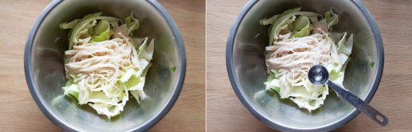 Cho muối và giấm vào bắp cải, nấm kim châm trộn đều