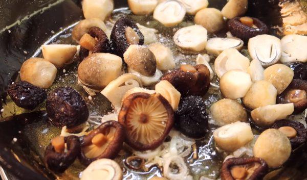Phi thơm hành cho nấm vào xào