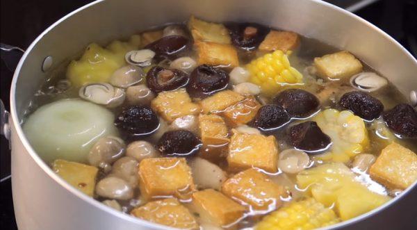 Cho phần nấm đã xào vào nồi nước dùng