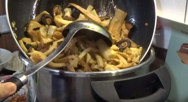 Cho nấm và măng đã xào vào nước dùng nấu sôi rồi nêm lại gia vị